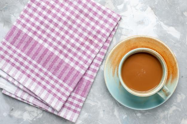 Вид сверху молочный кофе внутри чашки на светлом фоне молоко кофе какао напиток фото цвет Бесплатные Фотографии
