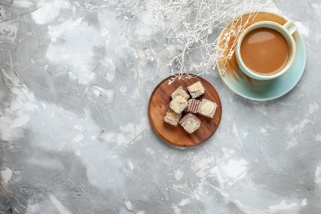Вид сверху молочный кофе с шоколадными вафлями на белом фоне печенье торт кофе сладкий цвет фото Бесплатные Фотографии