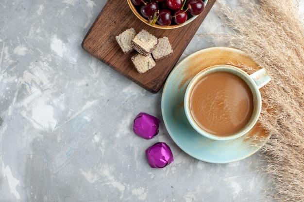 Vista dall'alto latte caffè con cialde fresche amarene sullo sfondo chiaro zucchero dolce biscotto cuocere la frutta Foto Gratuite