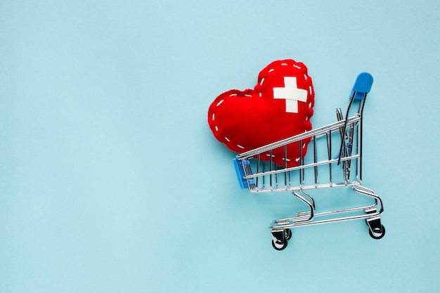 Top view minimalist red heart with shopping cart Free Photo