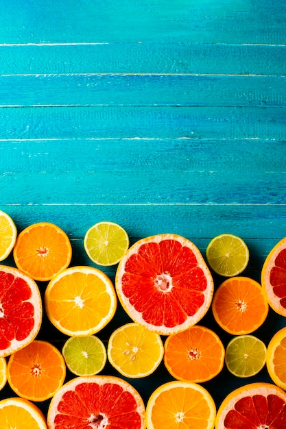 Top view mix of citrusses on table Free Photo