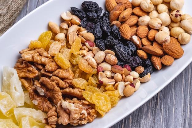 Вид сверху микс орехов грецких орехов изюм арахис и миндаль Бесплатные Фотографии