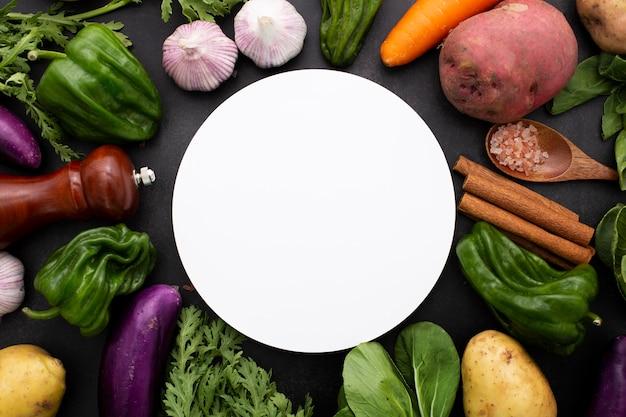 Вид сверху смесь овощей с пустым кругом Бесплатные Фотографии