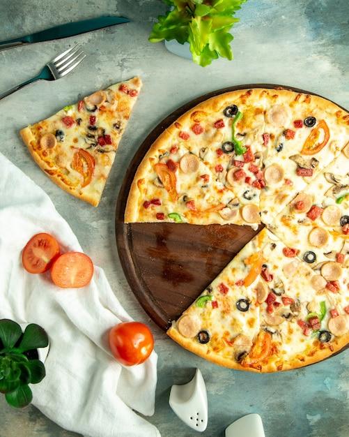 보드에 닭고기 소시지 버섯과 올리브와 함께 상위 뷰 믹스 피자 무료 사진