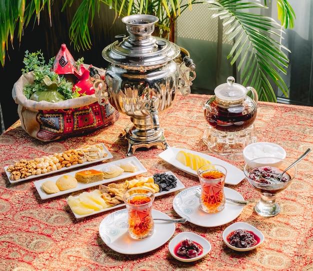 トップビューサモワールティーポットとお菓子とテーブルの上の2人用のお茶セット 無料写真