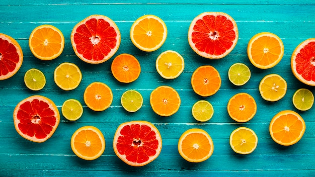Top view mixed citrusses on table Free Photo