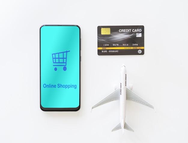 トップビューモバイルのスマートフォンとクレジットカード。航空券をオンラインで支払う Premium写真