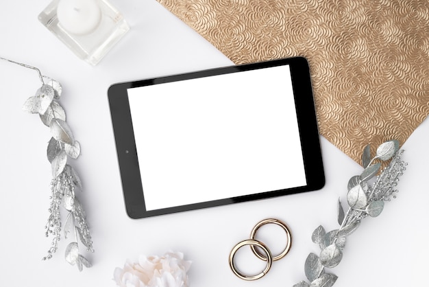 Top view mock-up tablet with wedding rings Free Photo