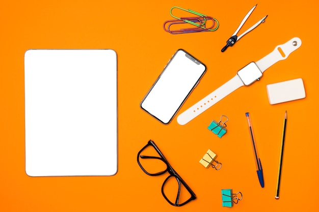 Top view mockup devices with office supplies Free Photo