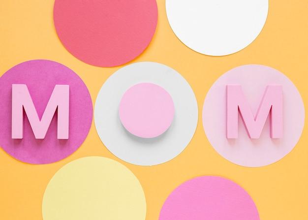 Parola di mamma vista dall'alto su sfondo arancione Foto Gratuite