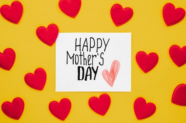 Вид сверху поздравление с днем матери в окружении сердец Бесплатные Фотографии