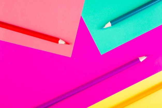 ピンクライトグリーンパープルイエローバックグラウンドでトップビューマルチカラー鉛筆 無料写真