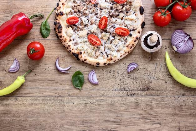 Вид сверху грибная и томатная пицца Бесплатные Фотографии