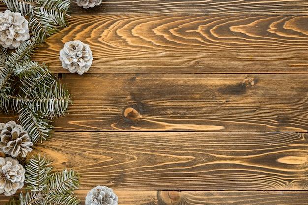 Vista dall'alto aghi di pino naturale e coni su legno Foto Gratuite