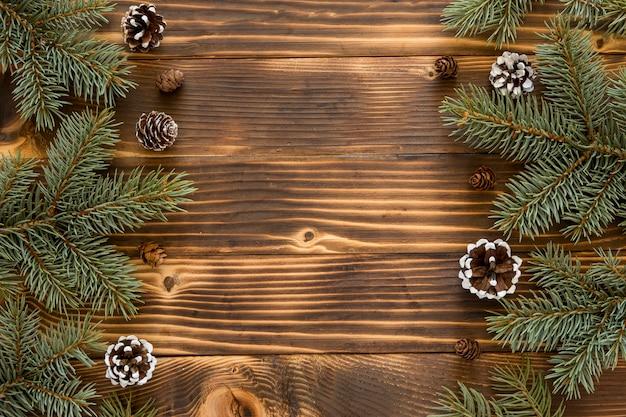 Vista dall'alto aghi di pino naturale e coni di conifere Foto Gratuite