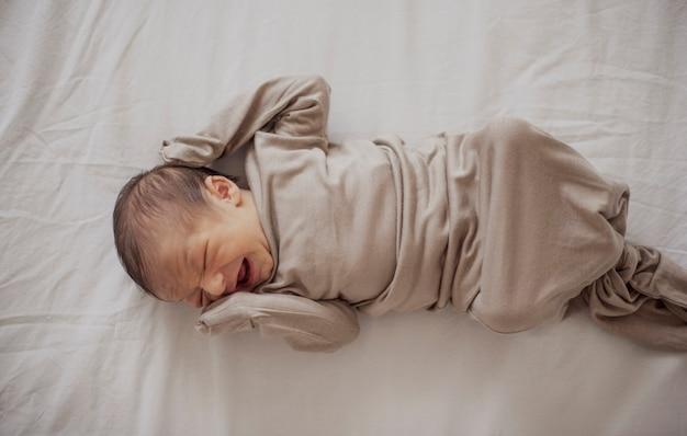 Vista dall'alto neonato pianto Foto Gratuite