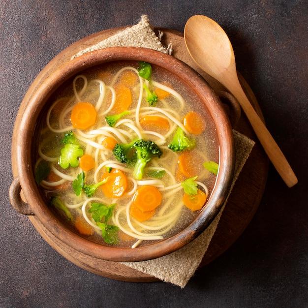 Вид сверху суп с лапшой для зимних блюд в миске Premium Фотографии