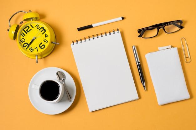 Блокнот и чашка кофе вид сверху Бесплатные Фотографии