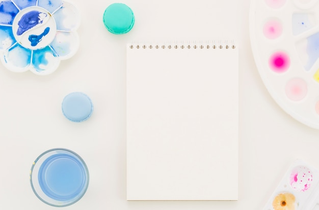 Top view notebook with watercolor Free Photo