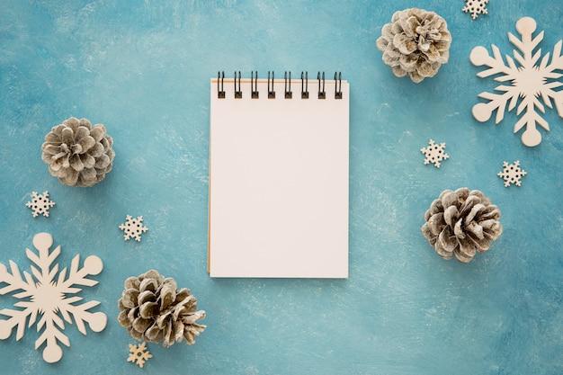 針葉樹の松ぼっくりに囲まれた上面図のメモ帳 無料写真