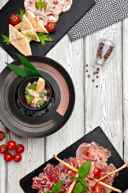 レストランのメニューの調理された料理の上面図 Premium写真