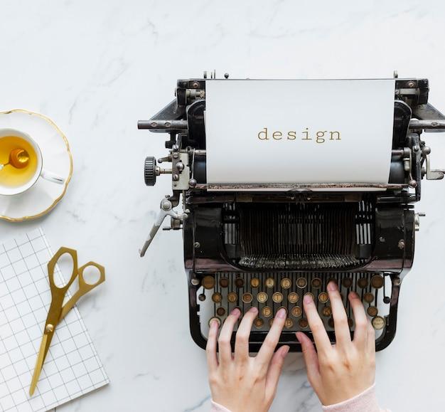 Вид сверху человека, печатающего на ретро пишущей машинке Бесплатные Фотографии