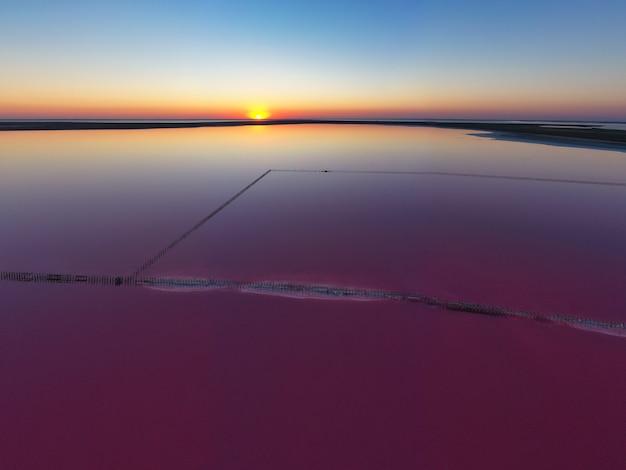 반짝이는 짠 분홍색 호수와 그것을 따라 경로의 상위 뷰 프리미엄 사진