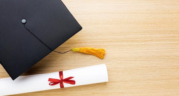 Вид сверху академической шапки с дипломом и копией пространства Бесплатные Фотографии