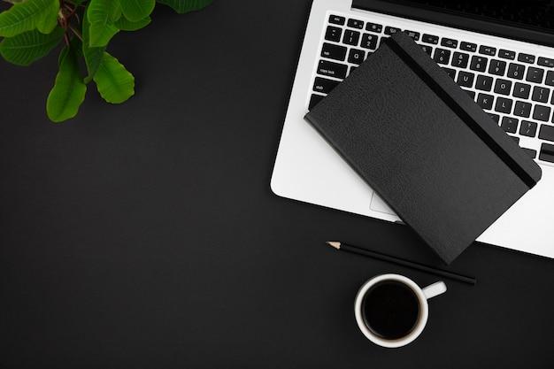 Вид сверху повестки дня ноутбука и кофе Premium Фотографии