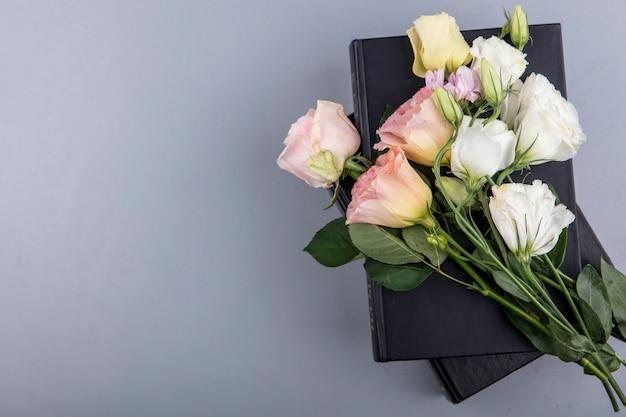 コピースペースと灰色の背景にバラのデイジーのような驚くべきカラフルな花の上面図 無料写真
