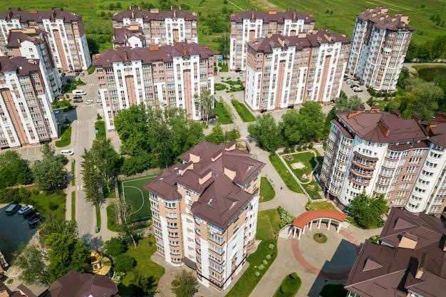 Вид сверху квартиры или офиса высотных зданий, припаркованных автомобилей, городского городского пейзажа. дрон аэрофотосъемки. Premium Фотографии