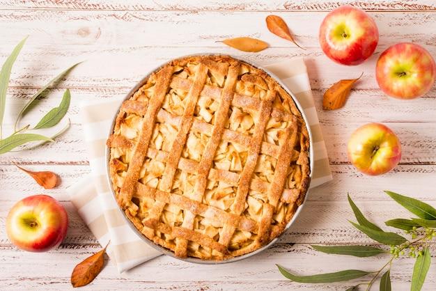 Вид сверху яблочного пирога на день благодарения с листьями Premium Фотографии