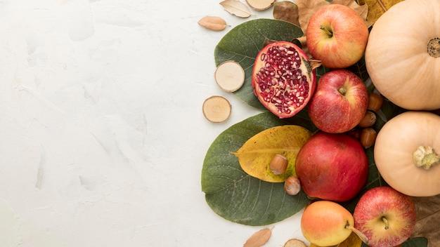 紅葉とコピースペースを持つリンゴの上面図 無料写真