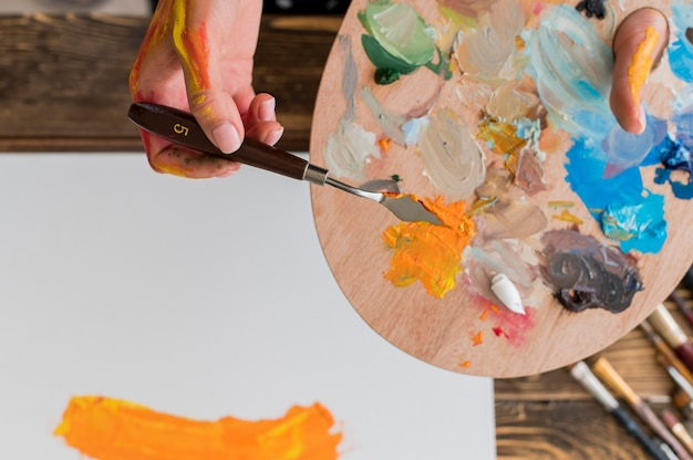 Вид сверху живописи художника с использованием инструмента и палитры Бесплатные Фотографии