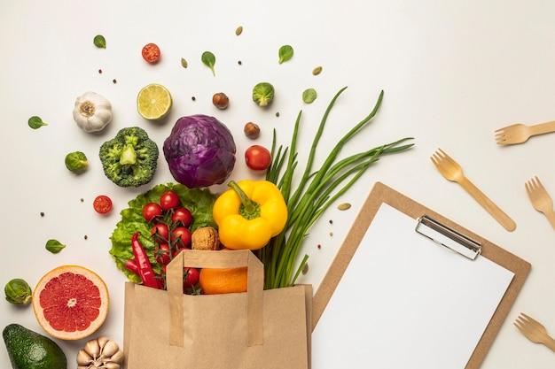 Вид сверху на ассортимент овощей в бумажном пакете с буфером обмена Бесплатные Фотографии