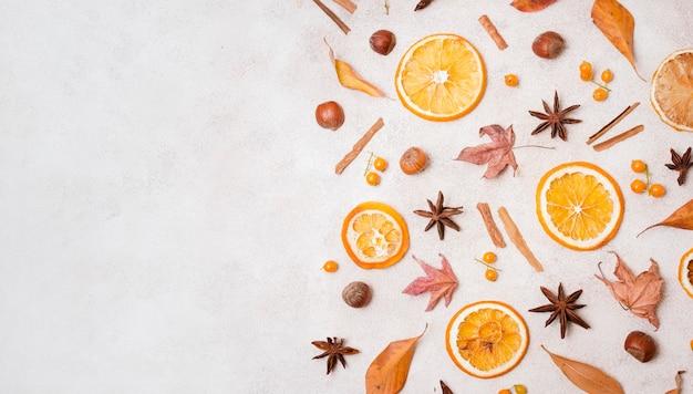 柑橘類とコピースペースを持つ秋の要素のトップビュー 無料写真