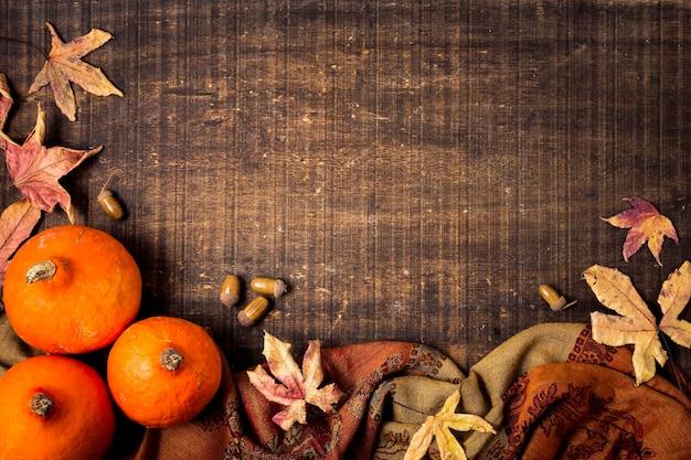葉とコピースペースを持つ秋の要素のトップビュー 無料写真
