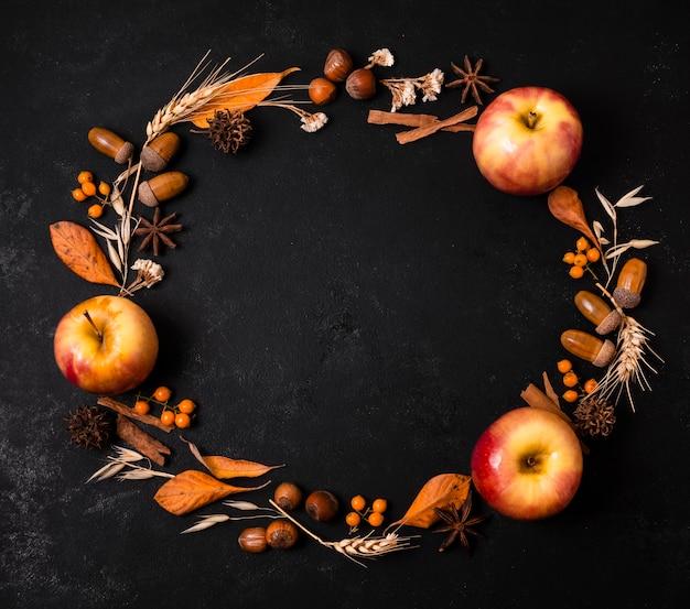 リンゴとドングリと秋のフレームのトップビュー 無料写真
