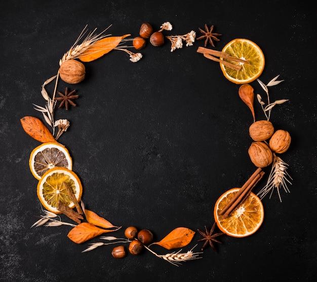 柑橘類とナッツの秋フレームのトップビュー 無料写真