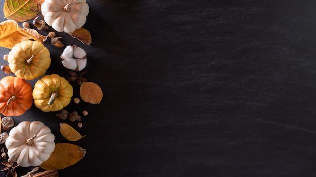 秋のカエデの平面図は、感謝祭の日の概念のためのカボチャの葉します。 Premium写真