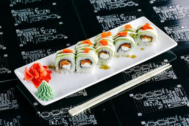 Вид сверху суши роллы из авокадо с лососем с красным тобико Бесплатные Фотографии