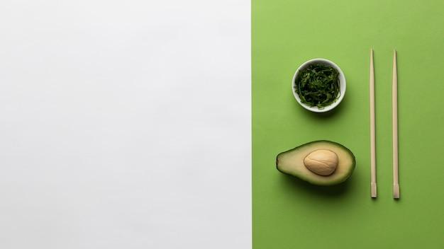 채소와 복사 공간 그릇으로 아보카도의 상위 뷰 프리미엄 사진