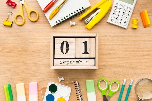 Вид сверху обратно в школу с календарем и карандашами Бесплатные Фотографии