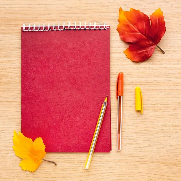 잎과 노트북으로 다시 학 용품의 상위 뷰 무료 사진