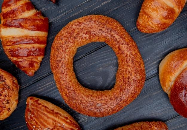 木製の背景にベーグルと他のベーカリー製品の上面図 無料写真