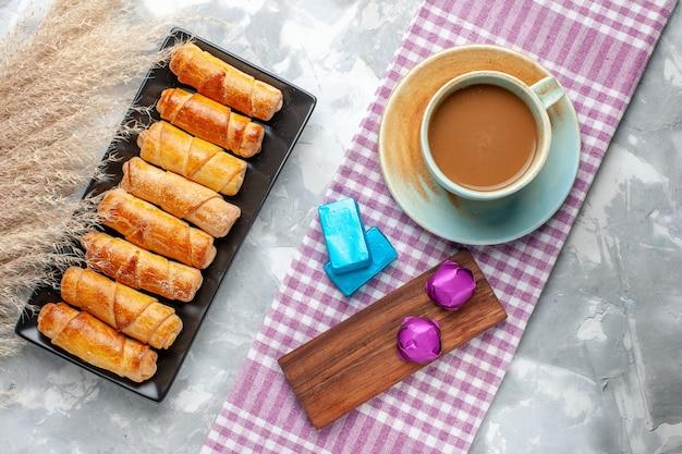 焼きたてのバングルの上面図おいしいペストリーとライトデスクのミルクコーヒー、甘いペストリークッキーシュガーベイク 無料写真