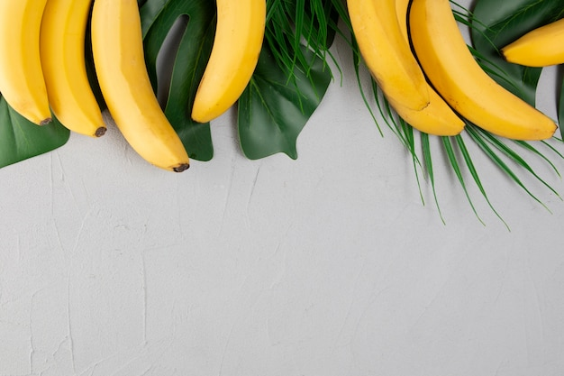 Вид сверху бананов на простом фоне Premium Фотографии