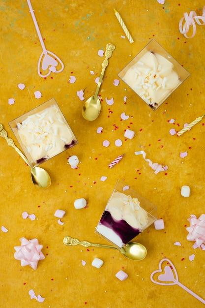 リボンとマシュマロと誕生日ケーキのトップビュー 無料写真