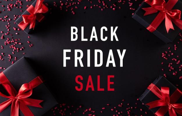 Вид сверху черных рождественских подарочных коробок с красной лентой композиция bkack friday sale Premium Фотографии