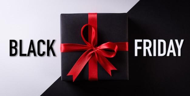 Вид сверху черных подарочных коробок на черно-белой поверхности Premium Фотографии